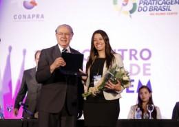 Deputado Federal, Luiz Carlos Hauly (PSDB/PR), entrega placa à primeira prática do Brasil, Débora Queiroz Gadelha de Barros, em homenagem prestada às mulheres na comunidade marítima.